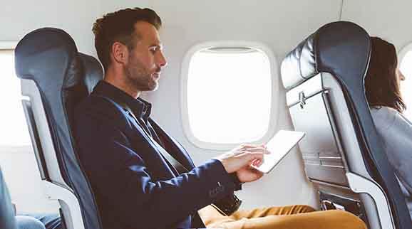 Geschäftsreisender im Flugzeug erfasst Belege